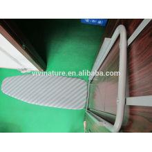 Mesa de planchar de malla sobre la puerta