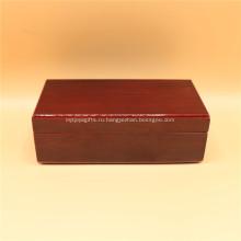 Красная деревянная шкатулка