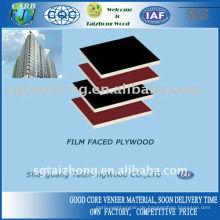 Brauner und schwarzer Film mit Sperrholz