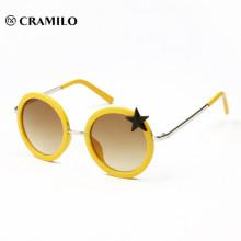 КИТАЙСКИЙ Фабрика производит различные маленькие детские солнцезащитные очки