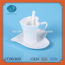 Drinkware tipo taza de café de porcelana y platillo con cuchara, caliente taza de cerámica de venta corazón de forma y platillo