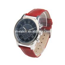 une montre à bracelet en cuir avec un design à trois yeux, un cadran et un bracelet couleur.