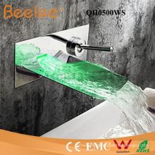 Cromado plateado con el canalón de acero inoxidable LED bañera pluviómo Montaje de pared Faucet