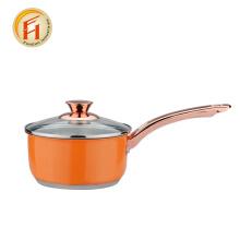 Orangefarbenes Kochgeschirr mit roségoldfarbenem Griff