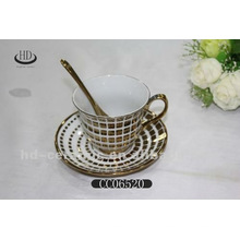 Jarra de oro de cerámica de café y platillo