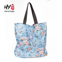 La bolsa de asas impermeable reutilizable de las compras de tienda de comestibles