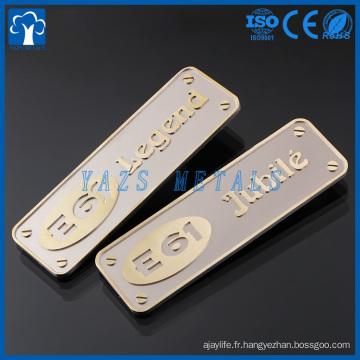 Graver la plaque de nom de métal en laiton