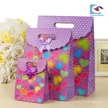 sac en papier de poignée coupé par matrice renforcée par coutume avec le logo pour l'emballage de cadeau