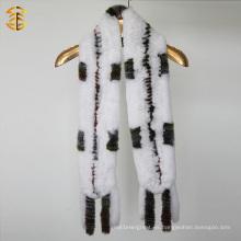 Nueva bufanda caliente de la piel del conejo del invierno de la manera que hace punto con la borla de las rayas de la piel