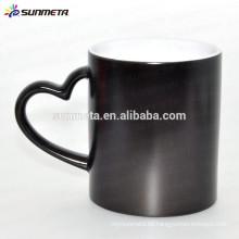 Color negro mate mate cambiante taza térmica con forma de corazón de la manija