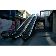 Открытый эскалатор со стеклянными перилами безопасности
