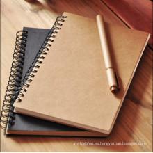 Cuaderno en espiral de la cubierta del papel de Kraft en blanco