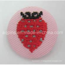 Insigne de bouton de vente chaude d'étain avec le logo de broderie (bouton badge-65)