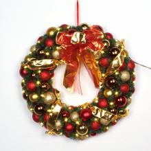 Guirnalda decorativa de la Navidad con el arco rojo