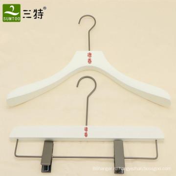 персонализированная деревянная вешалка для одежды