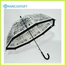 Forme el paraguas transparente del PVC para la muchacha