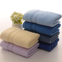 A toalha tingida lisa ajusta o terno de toalha relativo à promoção do curso