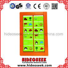 Placa de jogo de madeira colorida montada na parede para crianças
