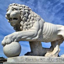Leones fuera de las casas con la pata en la estatua de la bola de París