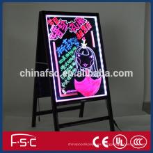 Flash fluorescente manuscrita haciendo publicidad del tablero