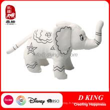 L'éléphant en peluche de jouet de peluche de peinture peut être peint
