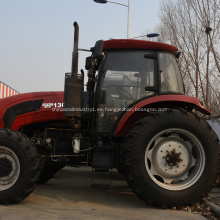 El agricultor 4WD usa un tractor de alta eficiencia de bajo consumo