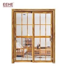 Grille des fenêtres et des portes en aluminium coulissantes ouvertes avec moustiquaire