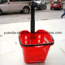 Compra colorida do uso do cliente do supermercado que empurra a cesta