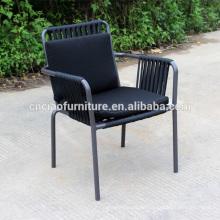 Metallstühle im Freien mit Seil