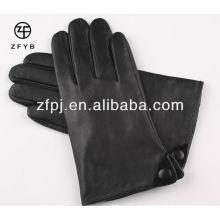 Estilo simple y vida diaria Uso de los guantes de cuero de los hombres