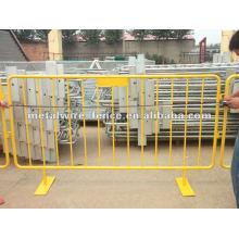 Оцинкованный, затем покрытый ПВХ желтый временный забор