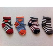 Милый ребенок мальчиков хлопчатобумажные носки