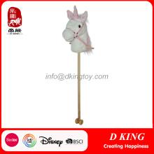 Unicorn sur un jouet en peluche farci au cheval pour enfants