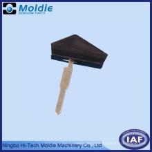 Pièce en plastique pour overmolding pour injection de meubles en métal
