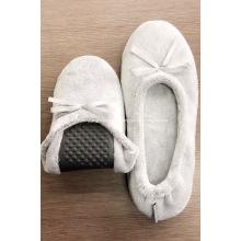Zapatillas planas de franela gris con lazo para mujer.