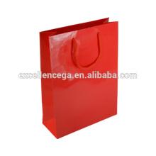 Bolsa de papel rojo hermoso