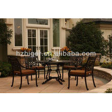Mesas e cadeiras de metal banquete ao ar livre do jardim do restaurante