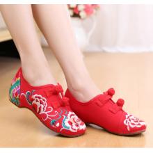 Sapatos femininos bordados à mão