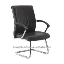 Черные кожаные стулья для посетителей