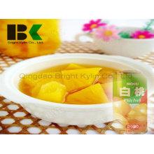 Essen Sie niemals fettigen, gelben Pfirsich in Sirup