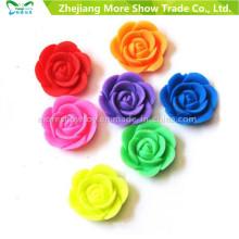 A fonte da fábrica que cresce flores plásticas da água cresce brinquedos crescentes coloridos das flores