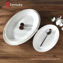 Le restaurant en forme ovale utilise des assiettes