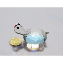 Pequena tartaruga de cristal para lembranças ou presentes.