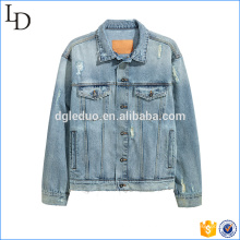 Jaqueta de jeans azul lavada afligido no peito atacado casaco de bolso