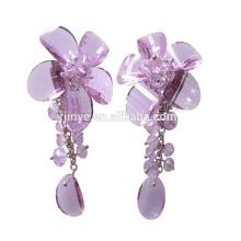 Clip de fleur en cristal à la main sur des boucles d'oreilles de déclaration pour la partie ou montre