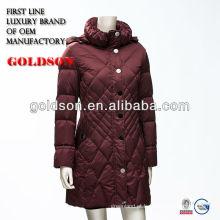 Lady em penas em jaqueta com pornô vermelho ao ar livre