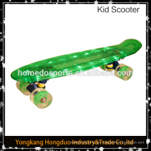 skate conduzido com brilho nas rodas de skate escuras