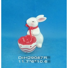계란 홀더가 달린 손으로 그린 세라믹 토끼