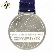Médaille de finisseur en métal noir en alliage de zinc personnalisé avec logo propre