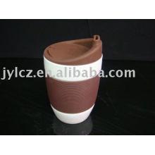 taza de cerámica blanca con funda y tapa de silicona